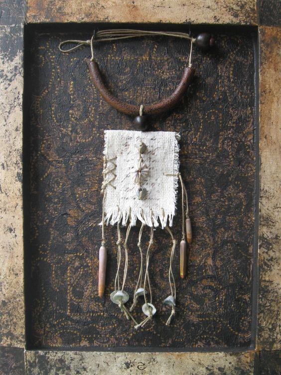 tableau collier sauvage textile et coquillages autres art par chemins de sable