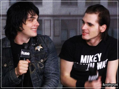 Gerard & Mikey Way | this pictures makes me really happy... eurigfhkjds :D