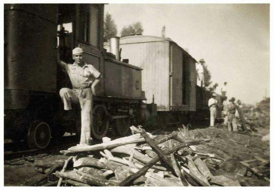 Estação Ferroviária de Monte Alto / SP - Maria Fumaça - Cia Melhoramentos de Monte Alto / SP.  Anos 1950. Na foto Sr Expedito Rodrigues.