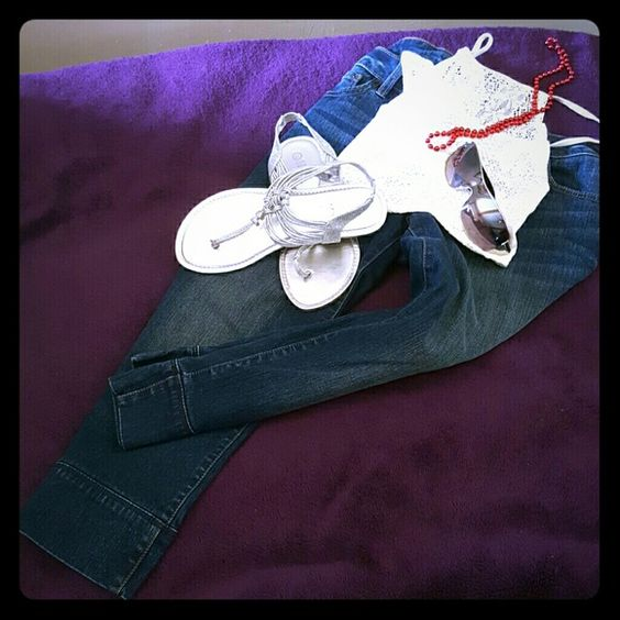 Denim Capris with pockets Stylish Capris with decorative pattern on back pockets. Looks amazing with a tank top or comfy sweater Apt. 9 Pants Capris