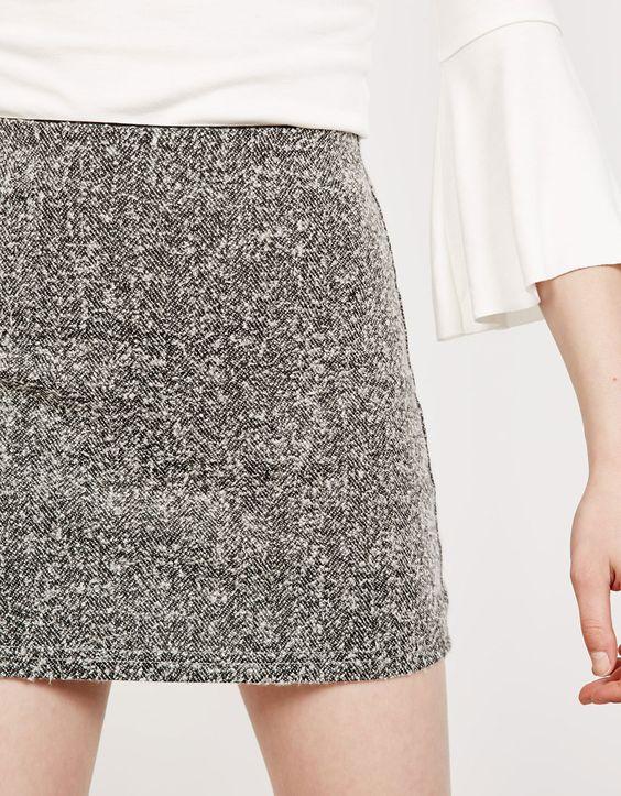 Falda corta evasé. Descubre ésta y muchas otras prendas en Bershka con nuevos…