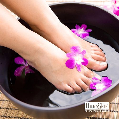 Cuide dos seus pés hoje à noite: lave os pés em numa bacia com algumas gotas com de óleo essencial e depois enxugue bem. Em seguida, aplique um creme hidratante.