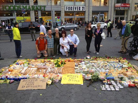 Na semana passada o ativista ambiental Rob Greenfield configurou uma exibição de alimentos nada convencional no meio da Union Square Park, em Manhattan, Nova Iorque. Quem passasse por lá, poderia ver o aglomerado de pessoas em volta da instalação feita com alimentos selecionados que esperavam até o momento em que todos fossem convidados a pegar o que eles quisessem. A surpresa é que todos os alimentos dispostos na praça foram colhidos, durante quatro horas, das lixeiras de Nova Iorque. Mas…