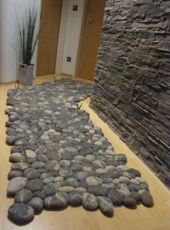 Barfuß über kuschelig weiche Teppiche laufen und sich dabei richtig wohlfühlen? Dieses Gefühl vermitteln vor allem Teppiche aus Schurwolle. Ich wollte Teppiche schaffen, die sowohl optische Anreize als auch einen Wohlfühlfaktor besitzen. Die naturgetreu nachgebildeten Filzsteine wirken wie ein hartes kaltes Flussbett. Rein optisch und vor dem Betreten des Teppichs würde man Steine erwarten, die sich unter den Fußsohlen unangenehm anfühlen. Jedoch unterlagen diese Steine einer künstlerischen…