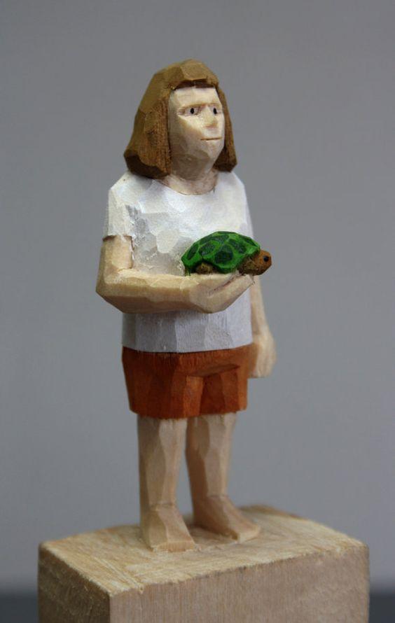 Eine mit dem Schnitzmesser geschnittene Figur aus Lindenholz. Bemalt ist sie mit Acrylfarbe. Mit den Figuren stelle ich Menschen dar - wie sie sind, oder wie ich sie mir vorstelle. Manchmal kommen fantastische Elemente mit hinein. Und manchmal spiele ich auch mit mit dem Material Holz und schnitze mit allen Ecken und Kanten, die das Messer hergibt. Jede Figur ist ein Unikat. Höhe Figur ca. 7 cm, gesamt ca. 17 cm