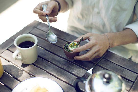 Café da manhã - ovo cozido - aspargos - condimentos