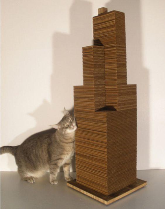Sky Scratcher está basado en los edificios del skyline de Chicago y Nueva York y pensado para que tu gato se deje las uñas intentado escalarlo