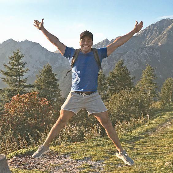 DEINE WELT SIND DIE BERGE...  Nach einem anstrengenden und stressigen Arbeitstag mache ich sehr gern einen langen Spaziergang in der umliegenden Natur mit ihren wunderschönen Wäldern, Wiesen, Flüssen, Hügeln und Bergen. 🗻  Da kann man echt abschalten, neue Kraft tanken, seiner Verrücktheit freien Lauf lassen und die Welt um sich herum vergessen. 😌