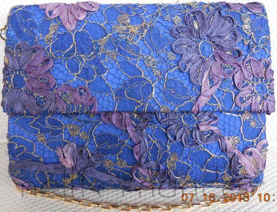 Carteira nellfernandes em renda francesa sobre seda azul.