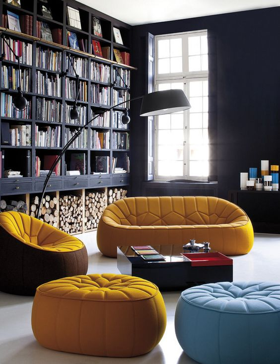Un mix único | Black wood furniture combined with Moroccan-inspired seats & Colors