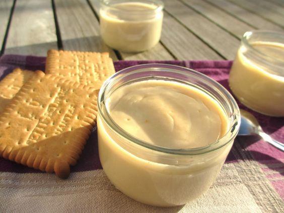 Crème dessert biscuitée 5 Petit Beurre© (40 g) 15 g de maïzena 60 g de sucre roux 1 œuf 400 g de lait entier 100 g de crème liquide allégée Dans le bol du Thermomix, mixer les biscuits 5 secondes, vitesse 7. Ajouter les ingrédients secs et mélanger 5 secondes, vitesse 3. Terminer par l'œuf, le lait et la crème, et programmer 15 secondes, vitesse 4 : le mélange doit être bien homogène. Cuire la crème 10 minutes, 90°, vitesse 3. Mettre en pots, puis au réfrigérateur. La texture va épaissir en…