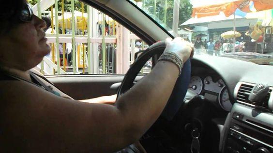 Cadeirante dirigindo o seu carro adaptado.