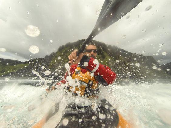 Daniel Fox salpica el agua en la cámara como él kayaks alrededor del impresionante paisaje, en junio de 2014, en la isla de Afognak, Alaska.  (Foto por Daniel Fox / Barcroft Media)