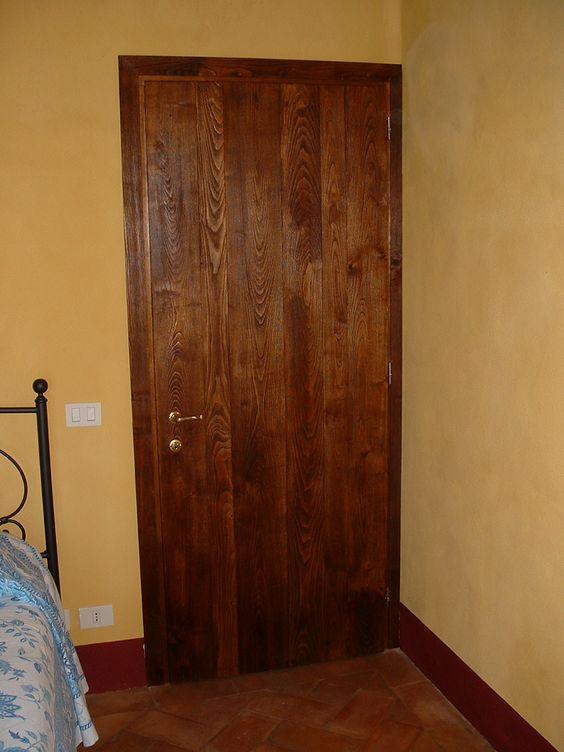 Porta in legno di Castagno spazzolato, molto simile ad uno sportellone esterno, etremamente rustico