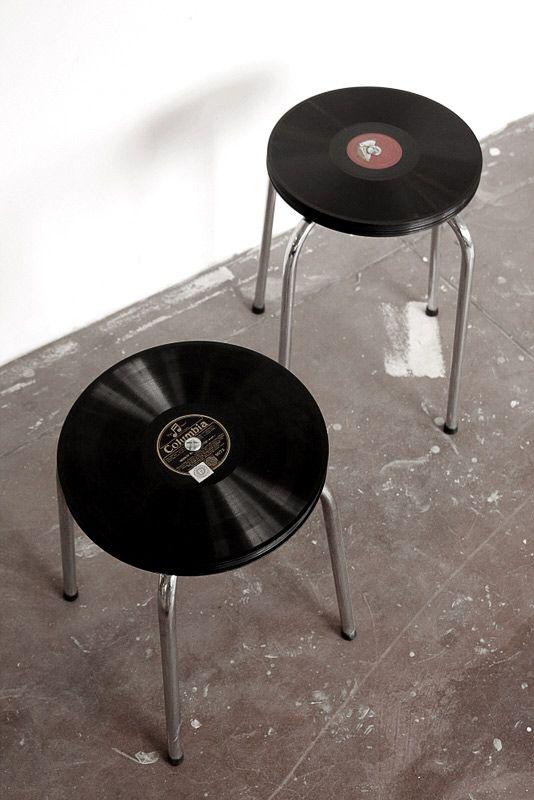 Tabouret musical... / Les disques vinyles décorent les tabourets.