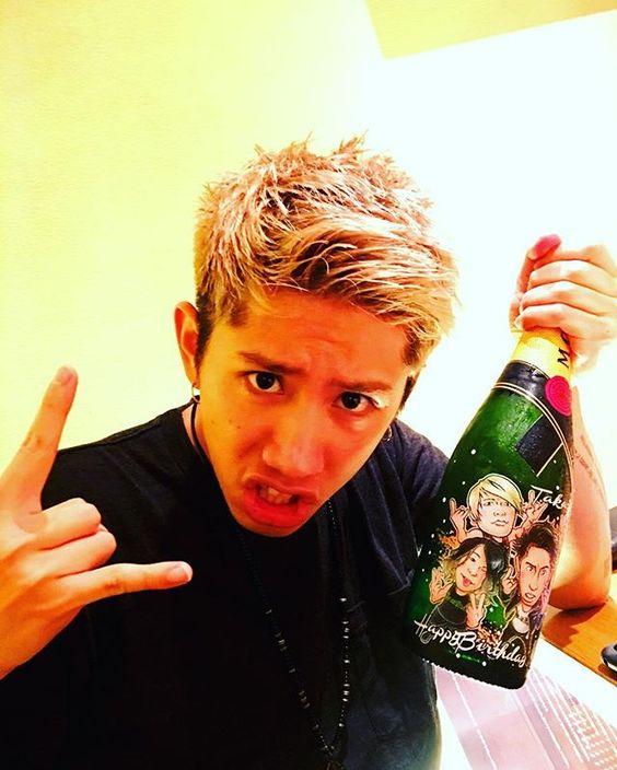 酒瓶を持ったTaka