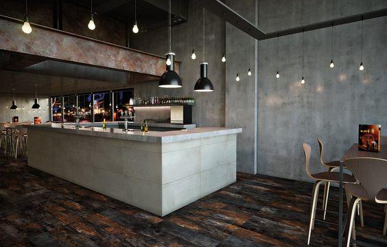 Madeira envelhecida no piso faz bom contraste com os demais acabamentos de aspecto industrial.