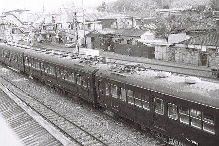 500番台同士が顔を合わせて連結されることもあった。奥の車両はクモハ73516、手前の車両はクモハ73509。クモハ73516の種車はモハ72205であり、72系に編入される前はモハ63782だった。クモハ73509も、モハ72291が種車で、編入前はモハ63648だった。南武線、武蔵溝ノ口駅にて。1978年2月