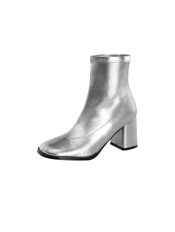 Bottines Rétro Spacer grises argent à talon carré  Cette bottine de la nouvelle collection Funtasma s'illustre dans une robe de coloris gris argent. La chaussure spatiale est dotée d'une fermeture zip intérieure et se hisse sur un solide talon carré de 7 cm de hauteur qui dévoile une légère cambrure s'achevant sur un bout rond. cette bottine se veut idéale pour les fêtes de fins d'année, la scène ou le dancefloor.  #bottines #chaussures #spacer #disco
