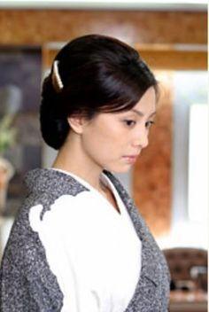 髪を上げる米倉涼子さん
