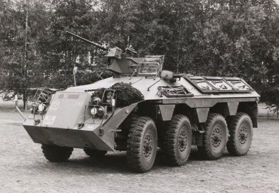 DAF YP 408 PWI-S-Gr voor het vervoer van infanteristen onder pantser. Uitgerust met een zware 0.50 Browning mitrailleur. Begin jaren 90 uitgefaseerd. Afkorting PWI-S-Gr = Pantserwielinfanterie standaard groepsvoertuig.