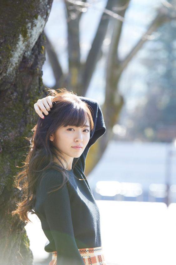 鈴木愛理髪をかき上げる仕草がセクシー