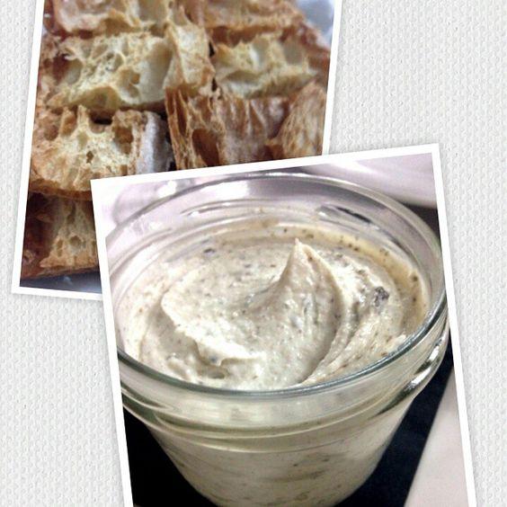 Crema de queso de Cameros con trufa de verano y pan de cristal templado