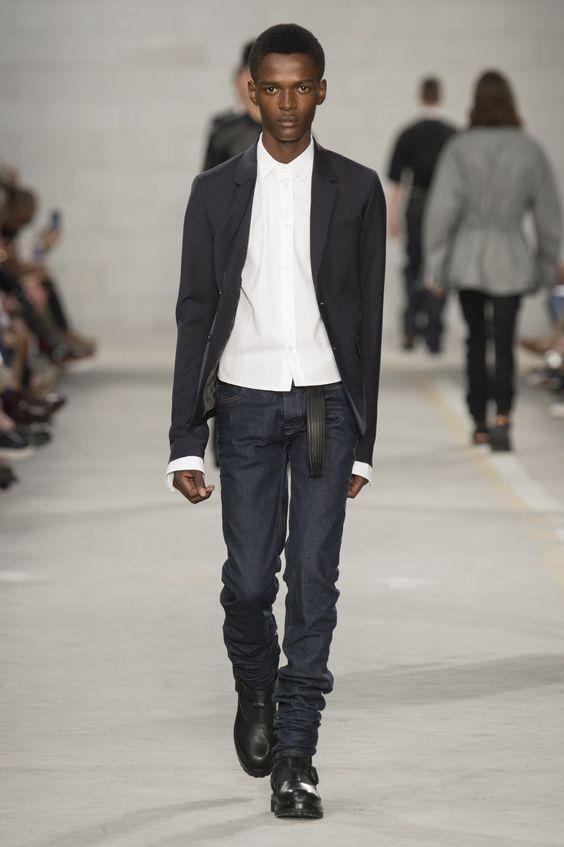 A Diesel Black Gold trouxe o jeans de lavagem escura e barra longa, combinada à camisa mais curta fora da calça - Verão 2017/18. #Milão #Milan #MFW #menswear #catwalk #alfaiataria #tailoring #summer #FocusTextil