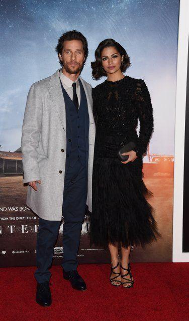 Matthew McConaughey & Camilla Alves – Der hellgraue Herrenmantel adelt den Suit-Style des Schauspielers