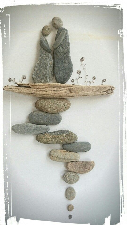 Kreative Wand Deko Idee aus Steinen und Treibholz. Deko aus Flusskiesel                                                                                                                                                      More
