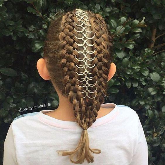 Niña con el cabello trenzado con algunas argollas