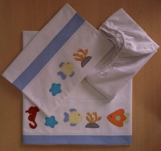 Jogo de lençol padrão americano 03 peças 100% algodão (percal 180 fios) com patch apliquée e viés em tecido. <br>Fronha - 40cm x 30cm <br>Lençol superior - 90cm x 140cm (vira 10cm) <br>Lençol inferior (elástico) - 70cm x 13cm x 130cm <br> <br>*As cores e os temas para o aplique podem escolhidos. Consulte disponibilidade. <br>**As medidas podem ser alteradas conforme necessidade.