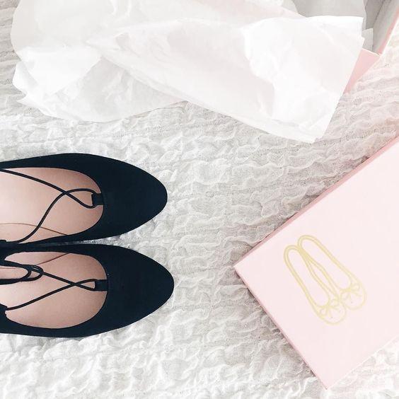 #newin  ich habe es versucht habe mir andere Lace Up Ballerinas bestellt und mich durchprobiert und alles um dann doch wieder bei Pretty Ballerinas zu landen. Diese rosa Schachteln haben es mir einfach angetan    _____________________ #prettyballerinas #ballerinas #flats #laceupshoes #laceupflats #laceups