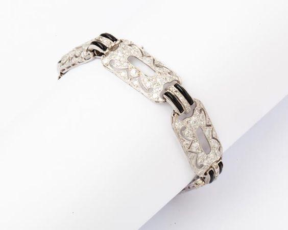 Bracelet en platine à décors géométrique ajourés entièrement serti de diamants taillés en brillant et onyx. Longueur: 17,5 cm environ. P.22,6g. - Gros & Delettrez - 08/07/2016