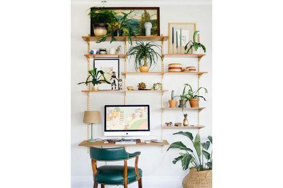 Low cost: estantes con ménsulas; para sumar frescura podés agregar pequeñas plantas.  /Thecraftedlife.com