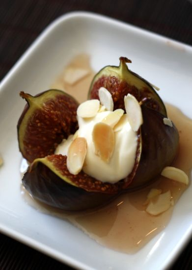 baked figs with honey, ginger and vanilla, perfect for a light dessert after a summer meal!