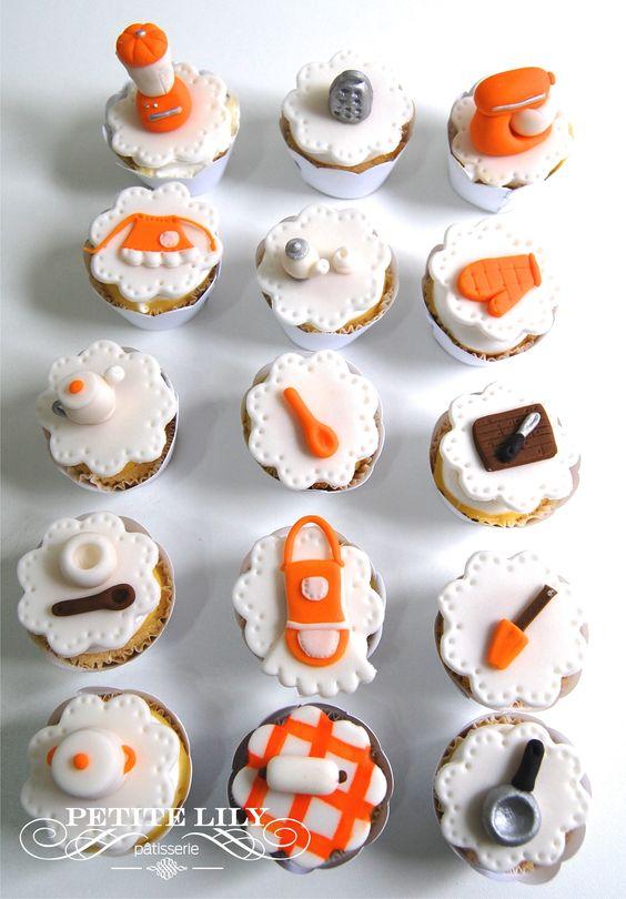Bridal shower mini-cupcakes with mini-kitchen elements. / Mini-cupcakes de chá de cozinha com mini-utensílios de cozinha.