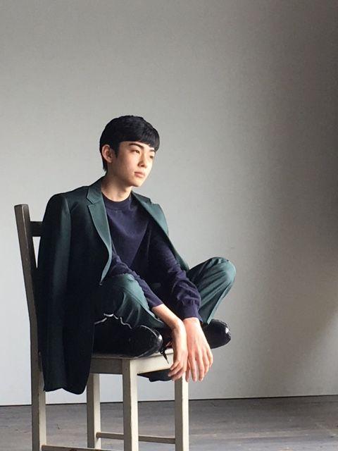 椅子の上に座り込む八代目市川染五郎のかっこいい画像