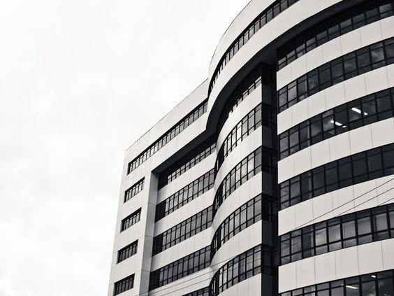 Linhas, vidro e concreto, belas formas do prédio da justica federal.