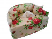 Ein Sofa für handelsübliche Taschentücher oder Kosmetiktücherbox.    Das Sofa ist mit angenähter Rückenlehne und Armlehnen aus Baumwolle mit roten Rosen.