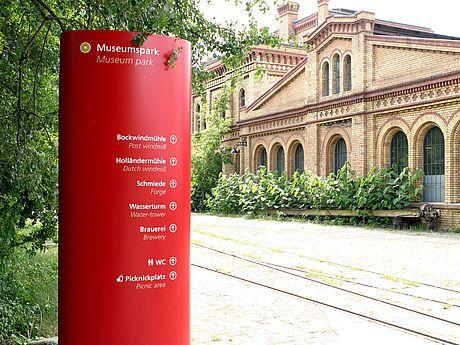 Deutsches Technikmuseum Berlin | Wegeleitsystem - Das Deutsche Technikmuseum in Berlin ist eines der größten seiner Art weltweit. 30.000qm Ausstellungsfläche sprechen für sich. Um sich in der historisch gewachsenen Gebäudestruktur zurechtzufinden, war dringend Orientierungshilfe erforderlich. Das von der GfG entwickelte Wegeleitsystem hebt sich durch prägnante Farb- und Formgebung von der Umgebung ab.