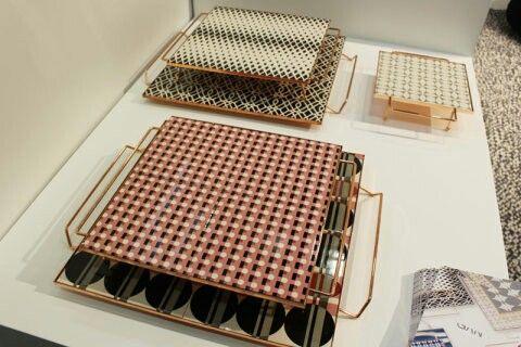 As bandejas da coleção Mix & Match, da designer Flavia del Pra, provam que o metal cai muito bem com estampas ousadas. Estão disponívels em diversos tamanhos e estampas, com preço sob consulta, diretamente no site da designer.