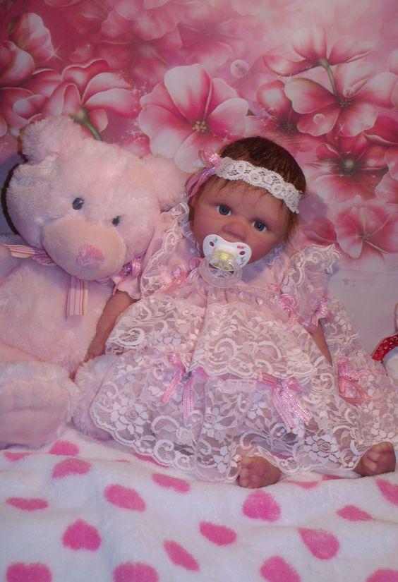 Tanya full silicone écofleX très flexible bouge comme un vrais bébé ont peut leur donné le bain  et systhème drink  disponible pour le bébé si désiré couleur des yeux et cheveux aussi   prix disponible sur mon site  sont poids 8 lbs  et sa longueur 19 pouce habille dans le 1 mois