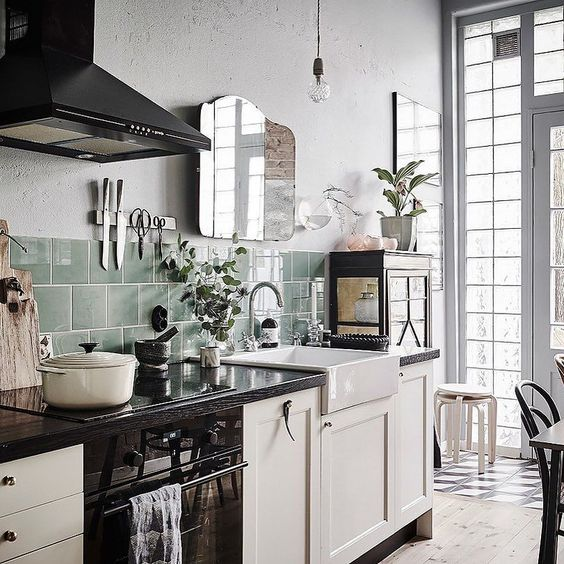 Hoy vais a morir de amor con la cocina que tenéis en el blog y con el resto de la casa si sois amantes del más puro vintage. Una vivienda ella cada detalle nos hace volver a los 70 y que ahora está en venta. No os la perdáis!!! Directo al post en el link del perfil  by myleitmotiv
