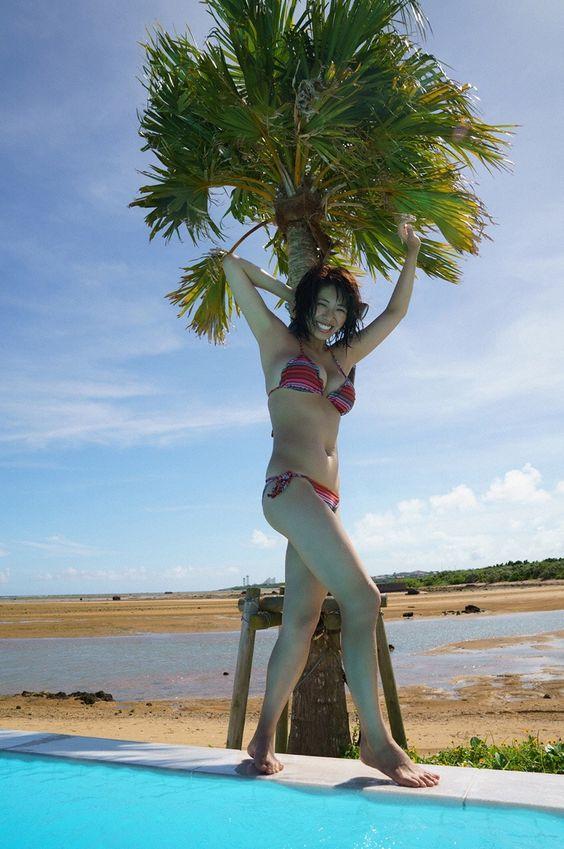 プールサイドを慎重に歩くわちみなみのエロ可愛い画像