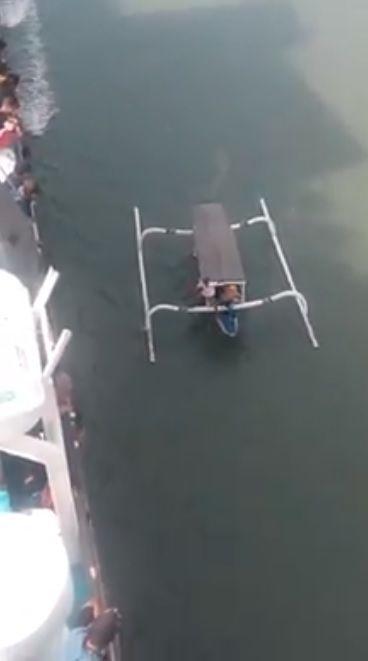 Perahu mendekat ke kapal/Facebook