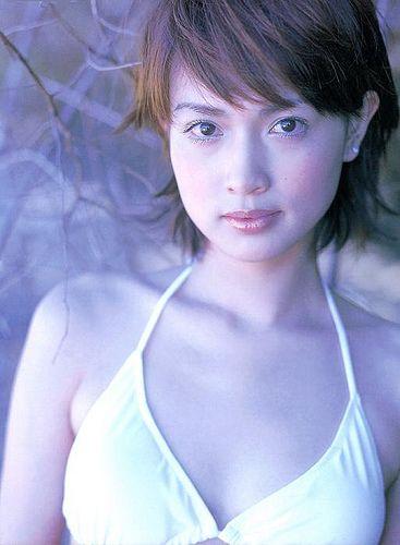 白い水着を着た長谷川京子