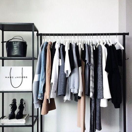"""@gbstcl: Não sei se tem armário mas como sei que vocês tem um estilo mais """"deboísta"""" com roupas, acho que uma arara seria ideial. Até dá um tchaaaan na casa/quarto."""