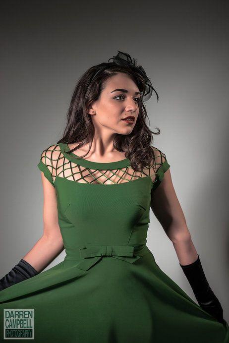 """schönes Kleid (Farbe und Schnitt, v. a. der """"Netz-Ausschnitt"""""""