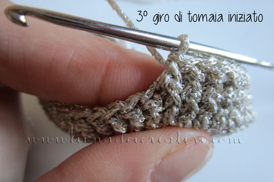 Ballerine Dorate all'#uncientto per #neonati: #Tutorial #Gratis #Passo Passo by www.lunadeicreativi.com (http://lunadeicreativi.com/blog/scarpette-bimba-uncinetto)